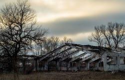 Zerstörung des alten verlassenen Gebäudes Lizenzfreies Stockfoto