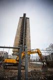 Zerstörung des Gebäudes mit 25 Böden Stockfotos