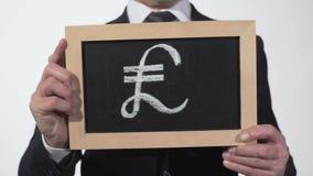 Zerstoßen Sie das Symbol, das auf Tafel in den Geschäftsmannhänden, britische Währung, Finanzierung gezeichnet wird stock video footage
