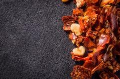 Zerstoßener Pfeffer der roten Paprikas mit Samen auf einer dunklen Hintergrundnahaufnahme lizenzfreies stockfoto