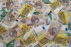 Zerstreut 200 100 Euro- und 200 PLN Banknoten des Euros, Stockbild