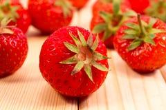 Zerstreute Erdbeeren Lizenzfreie Stockfotos