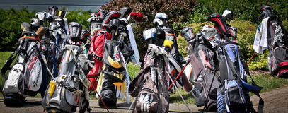 Zerstreute Golfclub-Taschen-und Verein-Fahne Stockfotos