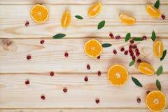 zerstreute Granatapfelsamen und -tangerinen Stockfoto