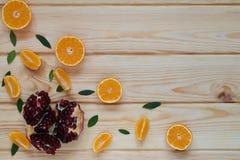 zerstreute Granatapfelsamen und -tangerinen Lizenzfreies Stockbild