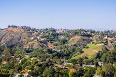 Zerstreute Häuser auf einem der Hügel von Bel Air-Nachbarschaft, Los Angeles, Kalifornien stockfoto
