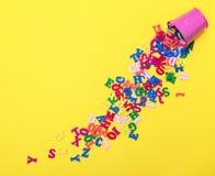 Zerstreute hölzerne mehrfarbige Buchstaben des englischen Alphabetes stockfotos