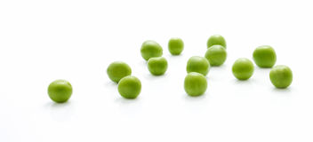 Zerstreute Nahaufnahme der grünen Erbsen Lizenzfreie Stockbilder