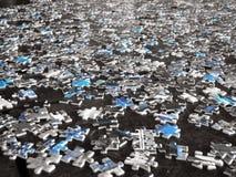 Zerstreute Puzzlespielstücke Stockbilder