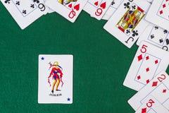 Zerstreute Spielkarten mit der Spassvogel Stockfotos