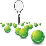 Zerstreute Tenniskugeln und ein Schläger Stockfotos