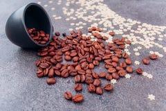 Zerstreute wohlriechende Körner des schwarzen Kaffees lizenzfreie stockfotografie