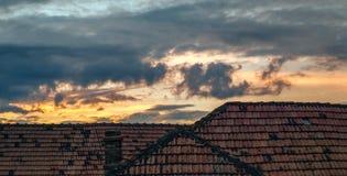 Zerstreute Wolken nach Regen über dem Haus Stockfotos