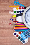 Zerstreuter Bleistift und Zeichnungsauflage auf hölzernem Hintergrund Stockbild