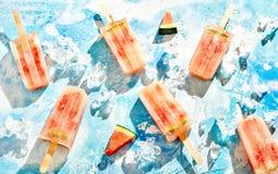 Zerstreutes frische Wassermelone gefrorenes Eiseis am stiel Stockbilder