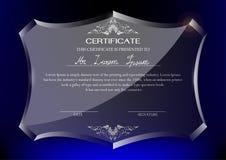 Zertifikat auf Glastrophäe auf dunkelblauem Hintergrund Lizenzfreie Stockfotos