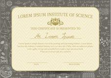 Zertifikatschablone ist für Wissenschafts- oder Bildungsfeld bestimmt und verziert mit Tafelhintergrund Lizenzfreies Stockbild