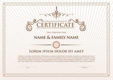 Zertifikatschablonendesign mit Emblem, Flourishgrenze Stockfotografie