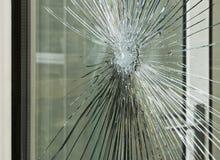 Zertrümmerte Glasfensterscheibe Stockfoto