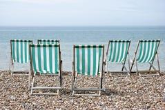 Zes Deckchairs die Overzees onder ogen zien Royalty-vrije Stock Afbeelding