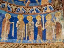 Zes discipelen met teksten in een middeleeuws muurschilderij Stock Foto
