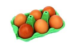 Zes eieren in doos die op witte achtergrond wordt geïsoleerdf Stock Foto
