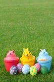 Zes eieren en drie konijnen op verticale grasachtergrond Royalty-vrije Stock Foto