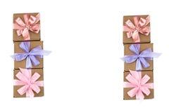 Zes feestelijke die dozen met giften met satijnlint worden gebonden op een witte achtergrond Royalty-vrije Stock Afbeelding