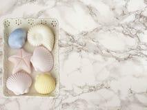 Zes gekleurde met de hand gemaakte zeep op marmeren achtergrond Stock Afbeelding