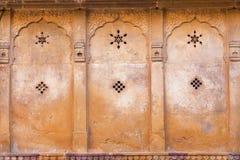 Zes-gerichte ster en de andere symbolen op de oude muur Stock Afbeelding