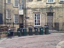 Zes groene vuilnisbakken in een lijn Stock Afbeelding