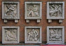 Zes hulpbeeld op de muur in Milaan Stock Afbeelding