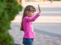 Zes-jaar-oud meisje die zijn hand golven Royalty-vrije Stock Foto's
