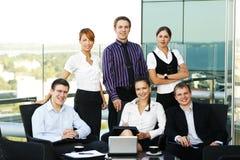 Zes jonge bedrijfspersonen hebben een vergadering Royalty-vrije Stock Afbeeldingen