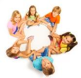 Zes kinderen die handen houden Stock Afbeelding