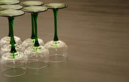 Zes Klassieke Groen stamde Wijnglazen Stock Afbeelding