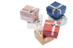 Zes kleine dozen voor Kerstmisgift op witte achtergrond Royalty-vrije Stock Foto