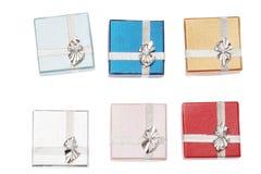 Zes kleine dozen voor Kerstmisgift op witte achtergrond Royalty-vrije Stock Foto's