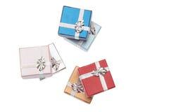 Zes kleine dozen voor Kerstmisgift op witte achtergrond Stock Afbeeldingen