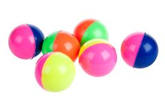 Zes kleurrijke rubberballen die op wit worden geïsoleerd stock foto's