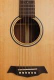 zes-koord akoestische gitaar op een rode achtergrond Stock Afbeeldingen