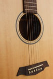 zes-koord akoestische gitaar op een rode achtergrond Stock Foto's