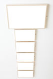 Zes lege frames op witte muurtentoonstelling Royalty-vrije Stock Fotografie