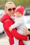 Zes maanden oud baby met moeder Stock Fotografie