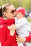 Zes maanden oud baby met moeder Royalty-vrije Stock Afbeeldingen