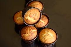 Zes muffins in document vorm op een donkere achtergrond royalty-vrije stock foto's