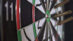 Zes Pijltjepijlen die in Dartboard raken stock footage