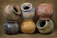 Zes potten van de kleiinstallatie met grunge eindigen Stock Foto