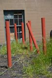 Zes rode pijpen buiten een gebouw in Portland, Oregon stock foto
