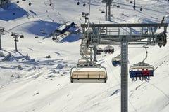 Zes-Seat Ñ  hairlift heft de familie van de bergskiër op heuvel in de Alpen van Tirol op Royalty-vrije Stock Foto